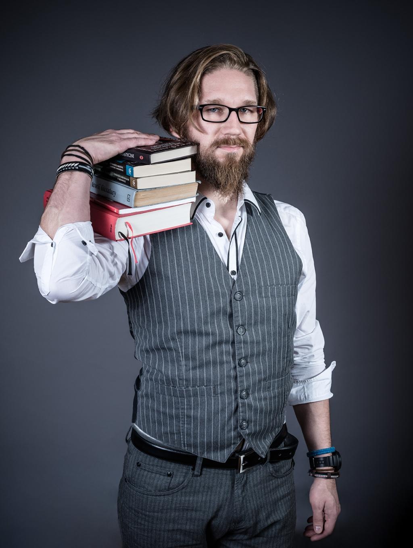 bibliofil zakochany w książkach